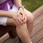 Престарелые люди чаще всего падают из-за сложностей сколенями— Ученые